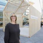 """Jacqueline Schweigert, Geschäftsleitung Einrichten Schweigert vor dem Konzepthaus """"Heimat der Holzbaukunst"""""""